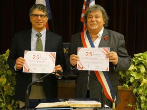 Representatives from Hanover and Joigny hold certificate for the sister city relationship